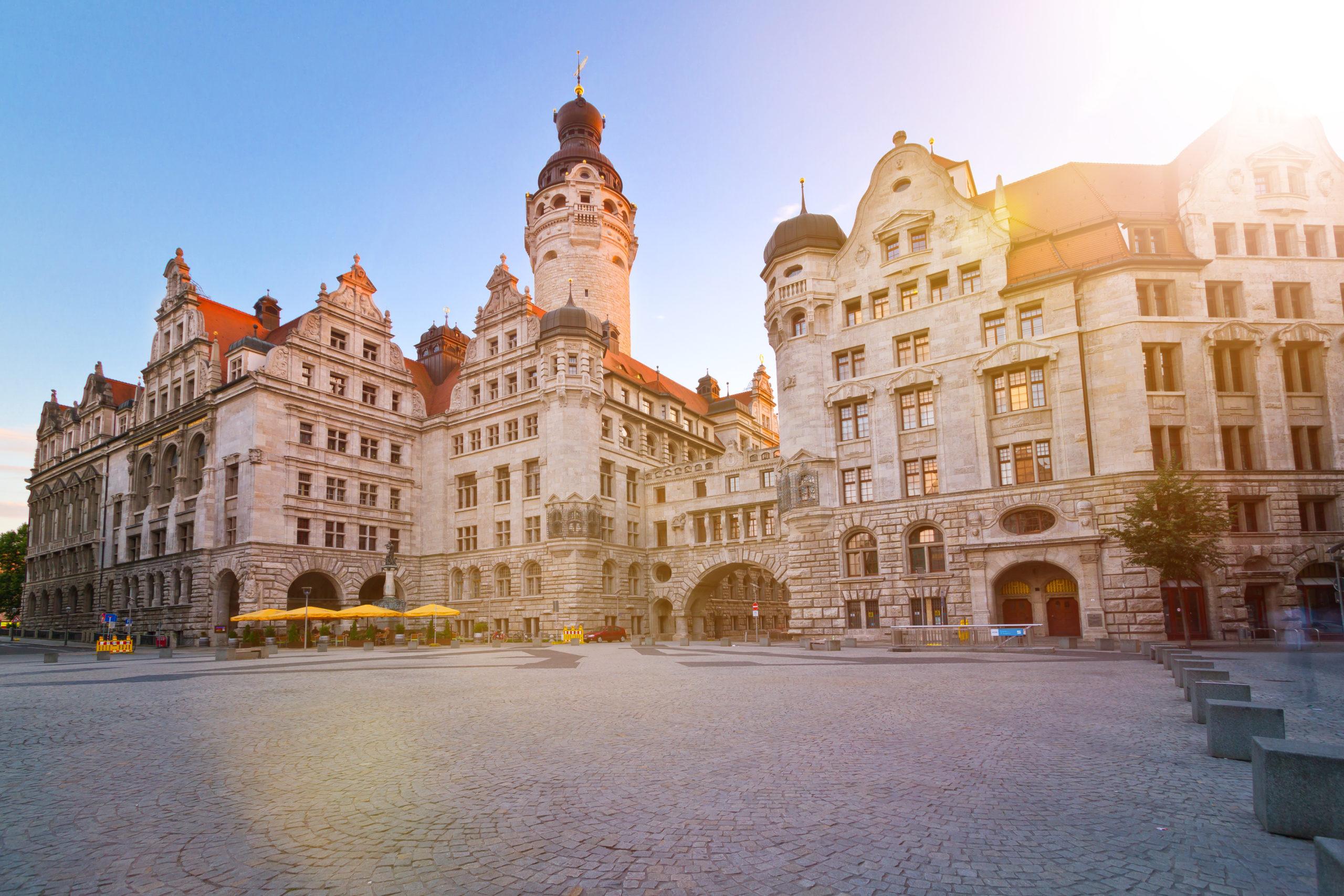 Auf dem Burgplatz in Leipzig und Blick auf das Neue Rathaus.